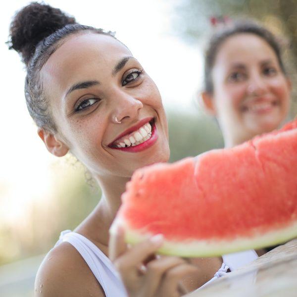 Adolescenti care mananca pepene, program pentru copii si adolescenti, cu nutritionist Roxana Ciocaltea, Nutritie cu Roxi