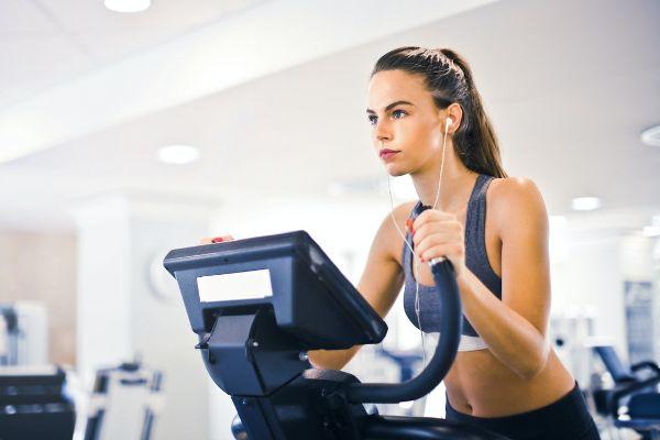 Femeie tanara care face sport la aparate, testarea genetica cu nutritionist Roxana Ciocaltea, Nutritie cu Roxi